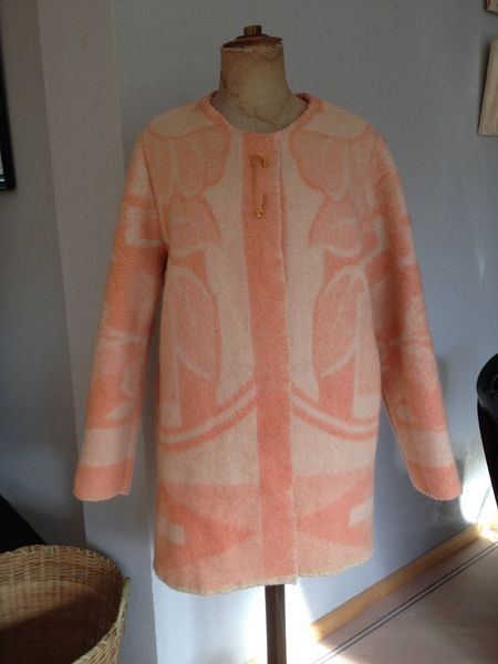 Jas dekenjas, zalm offwhite vintage deken, mt.S M van MORETHANVINTAGE op DaWanda.com