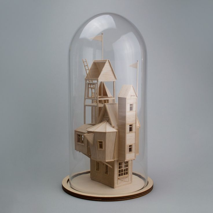 L'artiste hollandaise Vera van Wolferen, réalise de charmantes sculptures en bois de balsa. Ses miniatures figées et souvent sous cloche, semblent raconter leur propre histoire.  Ces univers entre réalité et mondes parallèles, permettent au public de se projeter dans un monde imaginaire propre à l'artiste.