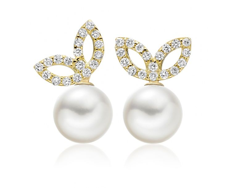 Beautiful leaves of yellow gold and diamonds sparkle with this pair of stunning white Akoya pearl earrings from our Lief Enchanted collection.