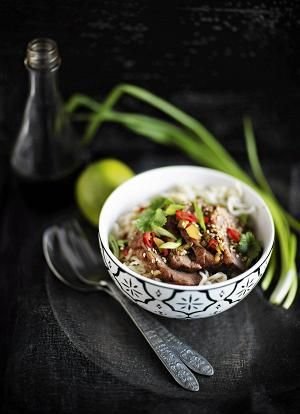 Ankanrinta on paitsi erittäin herkullista, myös helppoa ja vaivatonta valmistaa – ruoka on valmista alle puolessa tunnissa. Nuudeliannos viimeistellään maukkaalla kastikkeella.