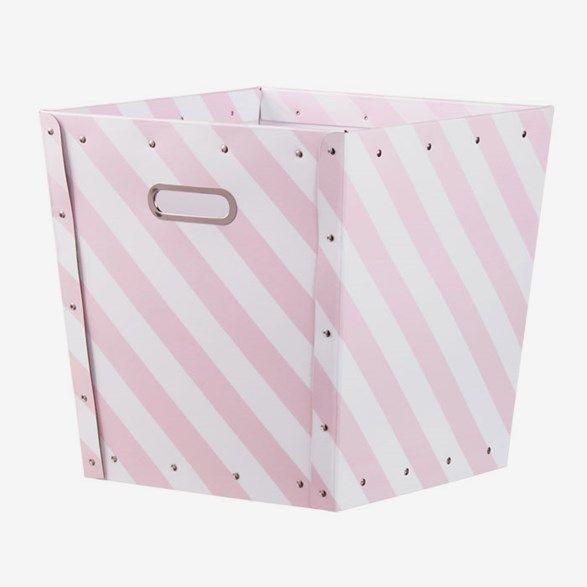 Läcker rosa förvaringsbox med vita ränder från Kids Concept. Snygg förvaring till alla leksaker på barnrummet. Köp förvaring till barnrum hos oss!