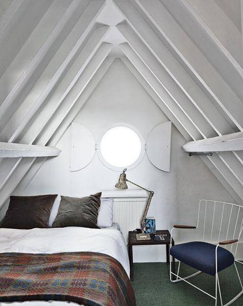 Una camera da letto ricavata da uno degli spazi sotto il colmo del tetto.