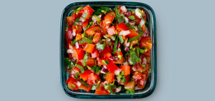 Bilde av salsa med tomat, rødløk og chili.