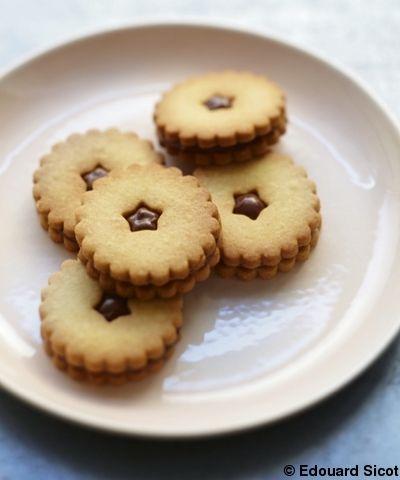 Recette Biscuits goûters au Nutella : Fouettez le beurre mou avec le sucre glace et 1 pincée de sel. Lorsque le mélange est bien crémeux, ajoutez l'œuf. ...