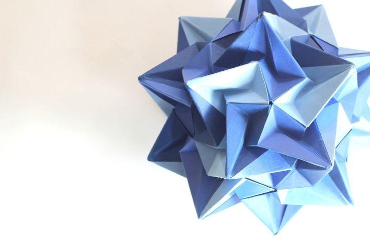 Origami ball / Kusudama Paradigma (Ekaterina Lukasheva) el diagrama dibujado con las correcciones está en http://www.flickr.com/photos/kusudama-me/7095940093/in/set-72157625258929276