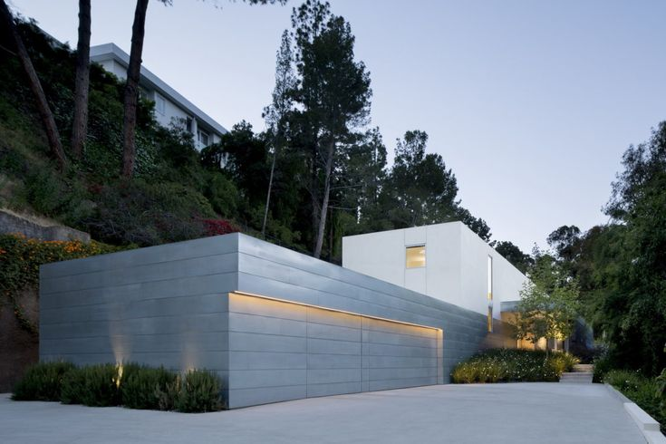 Wonderful house embedded in a hillside in beverly hills for Casa minimalista harborview hills
