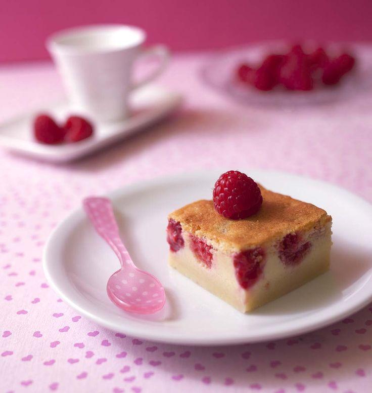 La tendance est au gâteau magique ! Craquez pour cette recette à la framboise, bien plus goûteuse que le gâteau magique à la vanille (je l'avais trouvé assez quelconque en fait...). La version au chocolat est pas mal non plus si on aime les flans au chocolat !