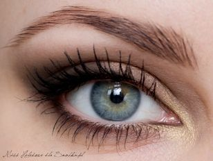 Subtle smokey eye, would love this for my wedding. Has a more natural look but still enhances the look of the eye.