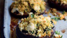 gevulde paddenstoelen met geitenkaas - delicious.magazine