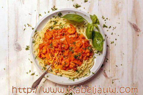 scampi diabolique Ingrediënten 4 rode paprika's 4 tomaten 4 knoflookteentjes 1 rode ui handvol peterselie tabasco 1 EL Prov. kruiden olijfolie zeezout ricotta/philadelfia 20-24 gepelde, grote scampi's : zonder darmkanaal, het staartje eraan laten. vers gemalen peper en zeezout   Paprika's grillen en (afgekoeld) pellen. Ui en look stoven, tomaat bijvoegen Alles mixen met tabasco en prov. kruiden Scampies 1 min à elke kant bakken Peterselie erover