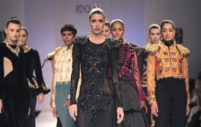 La fusión con Occidente domina la Semana de la Moda en la India: Desde el traje de luces de torero hasta el espíritu nómada del gitano en Rumanía, la fusión de lo local con lo occidental marca los primeros desfiles del principal pasarela de #moda de la India, que tiene lugar esta semana en Delhi. La fusión con Occidente domina la Semana de la Moda en la India. #IndiaFashionWeek #WIFW2015