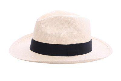 Fedora hoed natural voorzien van brede rand. Details: Materiaal: Palmstro (Carludovica palmata) Kleur: ecru Rand: 7 cm Graad: 4-5 Zweetband: Katoen, 3 cm Kroon: 9.70 - 12.70 cm Band: linnen (zwart)...