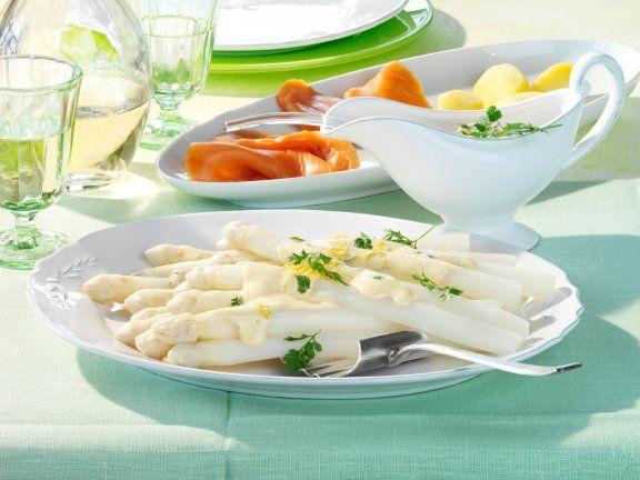 Spargel mit Zitronen-Kerbel-Hollandaise und Räucherlachs ist ein Rezept mit frischen Zutaten aus der Kategorie Gemüse. Probieren Sie dieses und weitere Rezepte von EAT SMARTER!