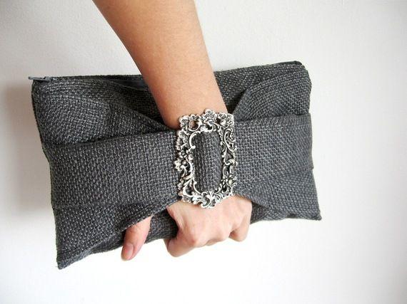 Pochette femme manchette en tissu gris, soirée sexy chic
