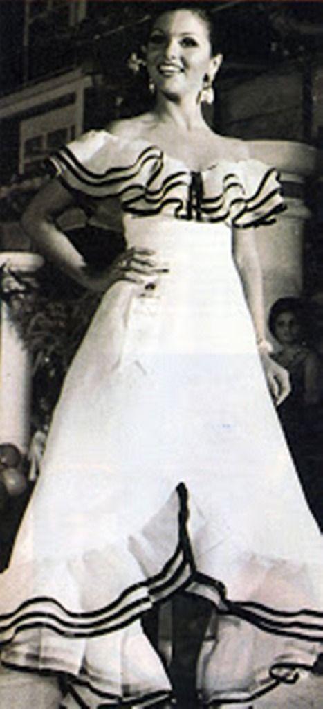 Elluz Peraza, Miss Guarico,  Desfilando en Taje de Coctel la Noche de la Presentacion Oficial a la Prensa del Miss Venezuela 1976..