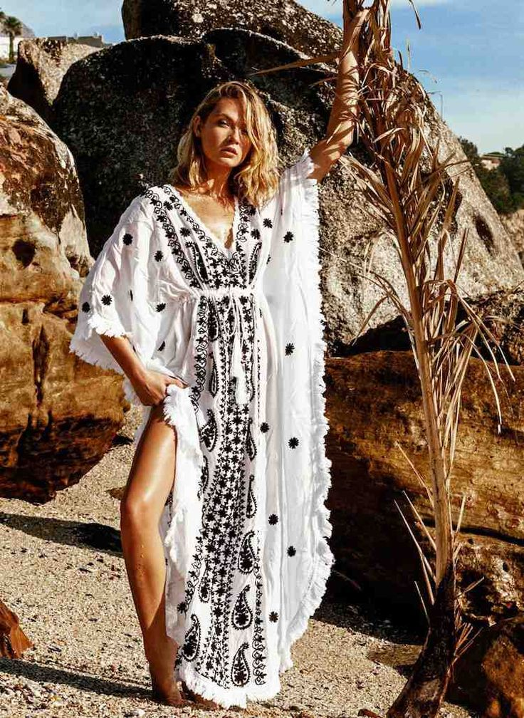 idée de mode de plage à la fois chic et confortable - osez le caftan blanc à motifs noirs