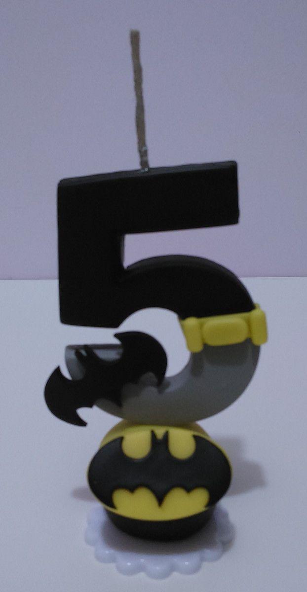 O kit festa é composto dos seguintes produtos:     * 1 Vela personalizada no tema.   * 30 chaveiros