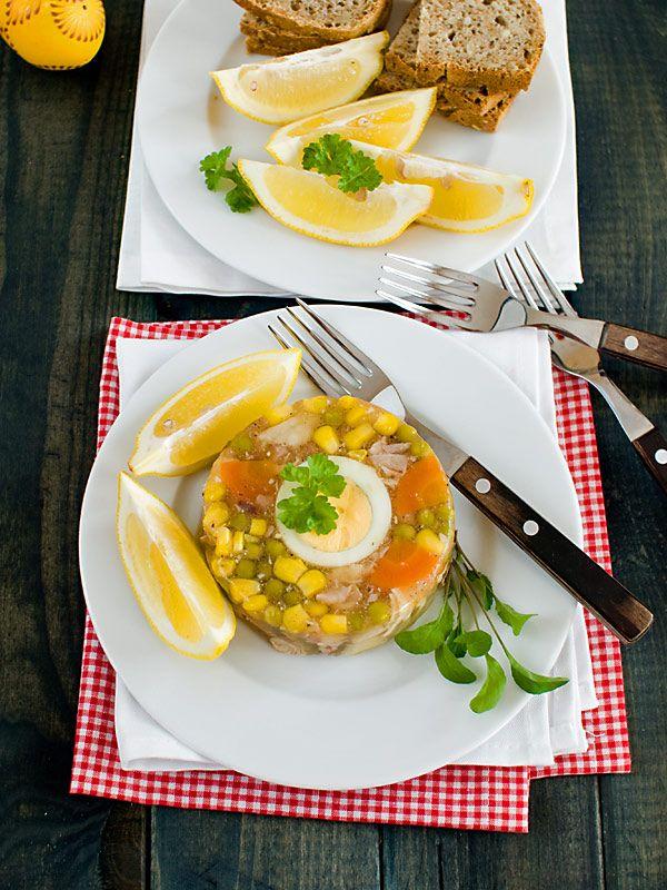 Galaretka z kurczaka z groszkiem i kukurydzą.  Lekka, pyszna, zdrowa i kolorowa. Świetna na stół świąteczny i na stół codzienny. Przygotowana w małym, plastikowym pudełku może być wzięta do pracy na drugie śniadanie :) Pysznie smakuje pokropiona sokiem cytrynowym lub delikatnym octem ziołowym lub jabłkowym. Dużo w niej warzyw, mało tłuszczu i mnóstwo dobrego smaku :)
