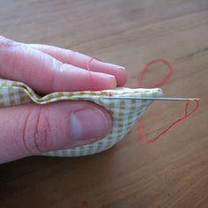 Vaak als je net een supermooie creatie hebt genaaid blijf je zitten met een Gat.. Meestel het Gat waardoor je je werk met de goede kant naar buiten moest keren, bij een (spelden)kussen, een knuffel of de voering van een tas. Maar hoe naai je dat Gat netjes dicht? Het kan met de naaimachine, dat is snel maar niet zo netjes. Nee, echt netjes doe je dat met de hand, met een onzichtbare steek. En dat gaat als volgt: