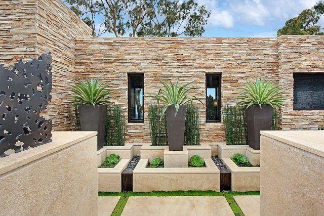 Moderne Gestaltung des Gartens-Bodenbelag mit Betonplatten-Pflanzentröge