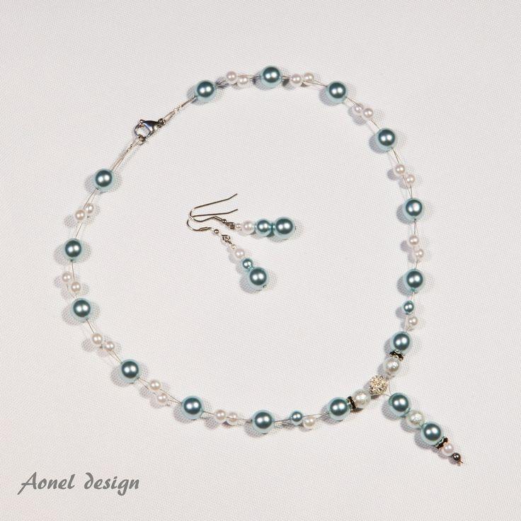 Pro ledovou královnu I. Elegantní šperková sada - náhrdelník a náušnice - jsou vhodné pro romantickou příležitost i na ples. Použitý materiál: světle modré voskové perly stříbrné voskové perly bižuterní komponenty: běžné kovy zapínání z chirurgické oceli návlekový drátek K náušnicím samozřejmě připojím i plastové zarážky.