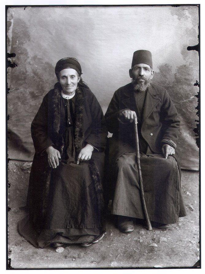 Ζευγάρι αγνώστων Εβραίων από την Καστοριά. Φωτογραφία του 1904 από τον Λεωνίδα Παπάζογλου