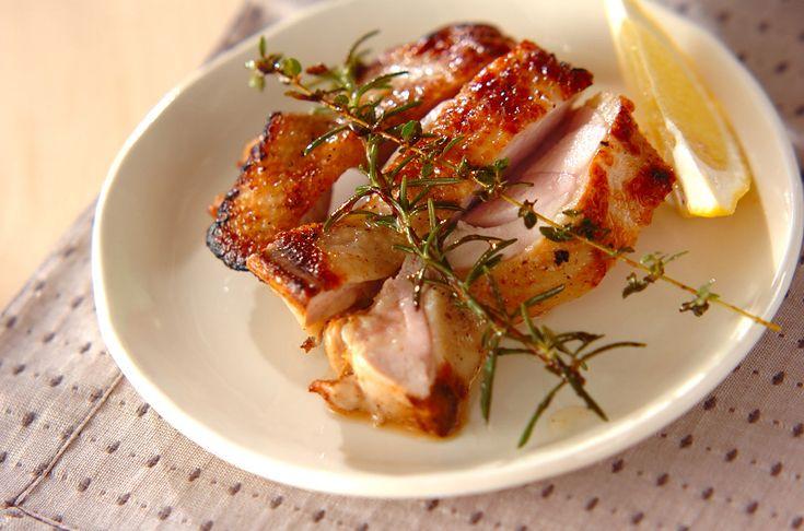 フレッシュなハーブ入りのマリネ液に漬けた鶏もも肉は、香りが良くとってもジューシーです。チキンのマリネ焼き[洋食/焼きもの、オーブン料理]2011.09.26公開のレシピです。