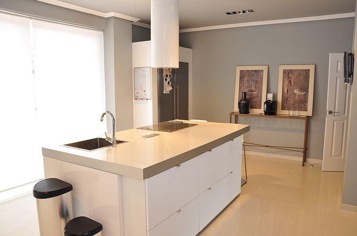 Vista de la cocina que cuenta con una nevera de dos puertas y cuadros de temática propia. #Chalet #Galapagar #Cocina