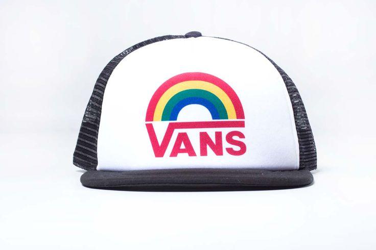 Gorra Vans Lawn Party realizada 100% poliester . Esta gorra estilo camionero tiene la parte delantera en blanco con un gráfico de Vans con los colores del arco iris .