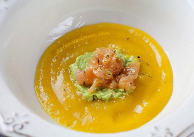 Tartar de salmón con crema de mango y aguacate. Muy sencilla y deliciosa. En apenas 5 minutos podrás disfrutar de una receta paleo whole30 increíble