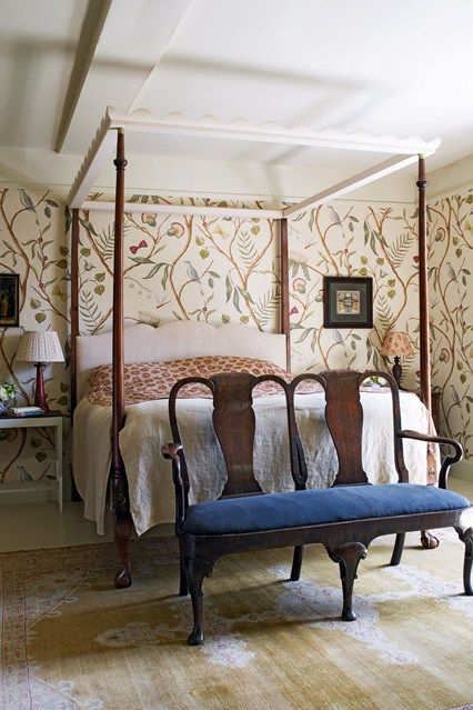 Antique Four-Poster Bed with Patterned Wallpaper - Bedroom Decorating Ideas (houseandgarden.co.uk)