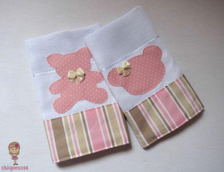 Kit composto por duas fraldinhas de boca, com barrado em tecido 100% algodão listrado e aplicação de ursa rosa, bordada a mão.