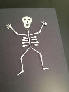 Esqueleto con hisopos