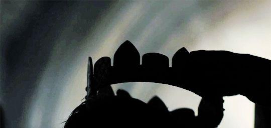 Adere sentiu quando o arrepio surgiu na base da espinha, reverberando até que todos os cabelos de sua nuca estivessem de pé. A coroa parecia pesada não por que era feita de pedra, mas por todas as mortes e horror que fora responsável. Por aquela coroa, o próprio pai criara as criaturas das quais fugia agora, sombras.  W.o.n.d.e.r.s