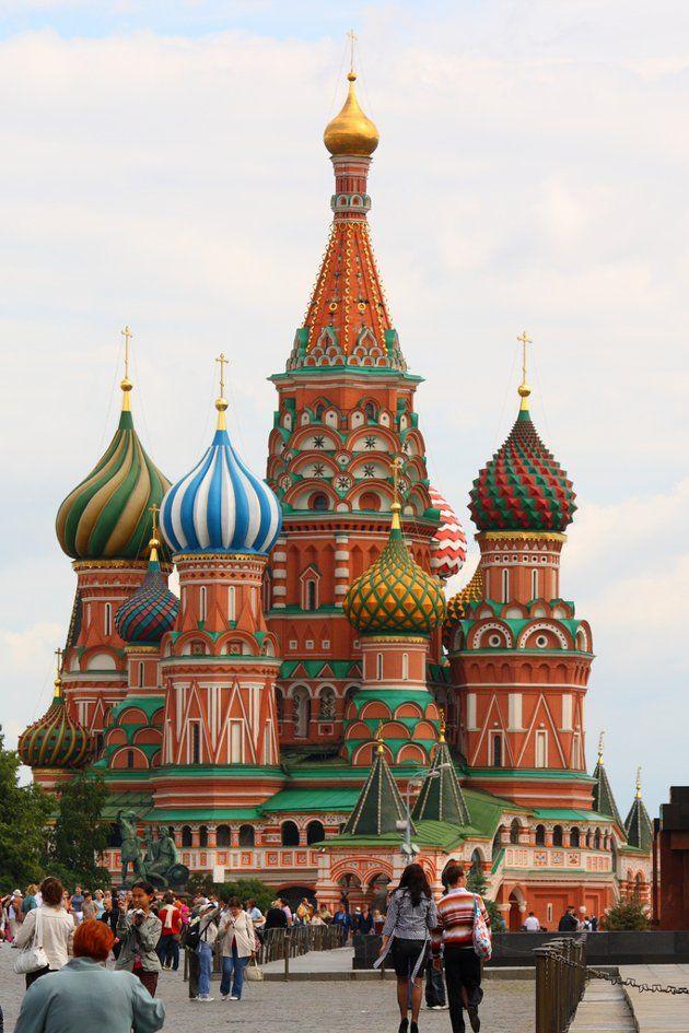 Catedral de San Basilio, Moscú (Rusia)  Se ubica en la Plaza Roja de la capital rusa y se caracteriza por sus domos curvos, que siguen la línea de arquitectura del Kremlin. Su construcción fue orden de Iván el Terrible y se realizó entre 1555 y 1561.
