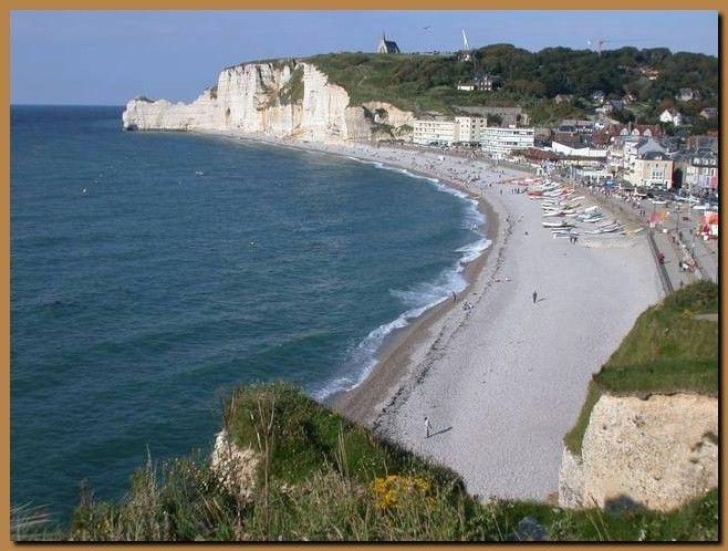 Ad Etretat si trova una delle scogliere più famose d'Europa, uno dei veri e propri simboli della Normandia. Etretat è un minuscolo paesino con una spiaggia ...