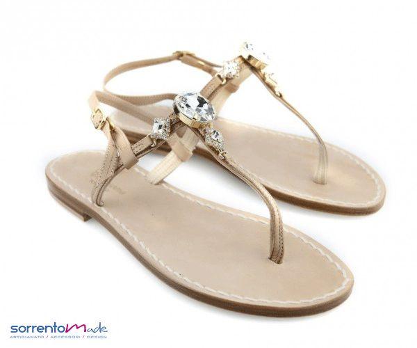 VALENTINA Email Classico ed elegante sandalo Positano con pietra tonda centrale colore crista, cinturino in pelle color carne, un colore che si abbina su tutto