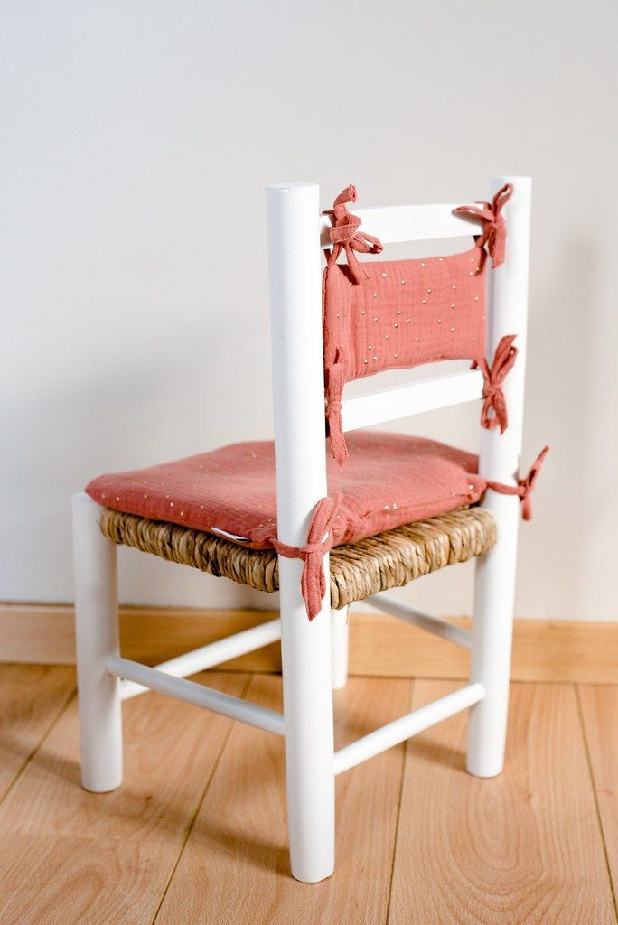 Chaise En Paille Enfant Et Son Coussin Brique A Pois Dores Broderie Personnalisee Avec Prenom Ma Petite Chaise Chaise Enfant Petite Chaise En Bois Chaise