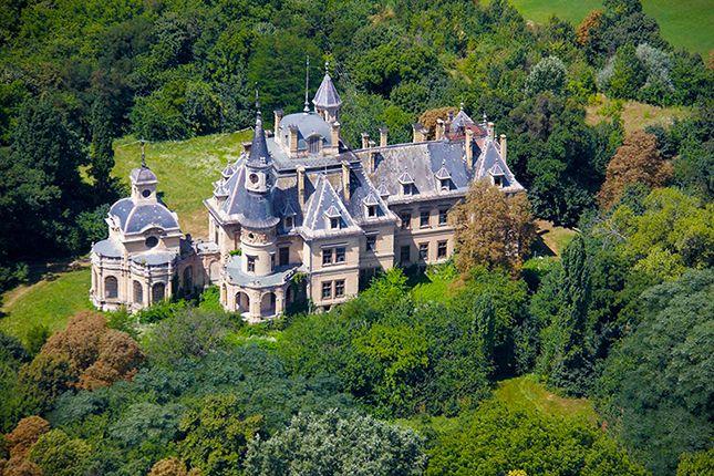 Schossberger kastély A kastély a Pest megyében található Tura nevezetessége, sokak egy 99 tornyú mesebeli várhoz hasonlítják. A kastély tíz évig épült, tervezője Ybl Miklós volt.