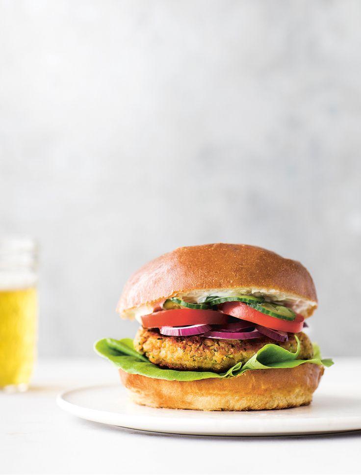 """Fra i dag og de næste tre mandage vil vi dele fire opskrifter fra Nadia Mathiasens kogebog """"Kødfri Mandag"""", der udkommer til november. På ELLE Sundhed har vi nemlig i de sidste par uger slået på det efterhånden ret store internationale (sundheds)fænomen #MeatFreeMonday. I dag deler vi hendes opskrift på vegetarburger med kikærtebøffer."""