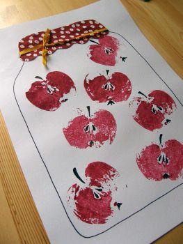 Otisk jablka, fix -domalovaná semena a šťopka, nalepená látka