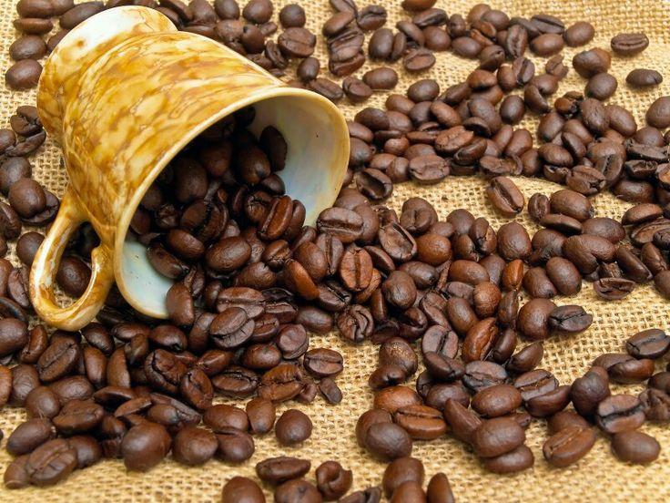 CAFÉ PARA LIMPAR PISOS DE MADEIRA LAMINADOS E COM POLIURETANO - faça um novo café com a borra que sobrou e use diluida (xícara de café/balde apenas com agua) para passar pano em pisos de madeira. Levemente acido e oleoso, deixa o piso brilhante e ainda por cima tinge arranhões