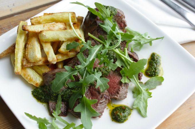 Biefstuk met groene salsa en zoete aardappelfriet - Supergerecht, ik zou zelf de maizena vervangen door arrowroot :-)