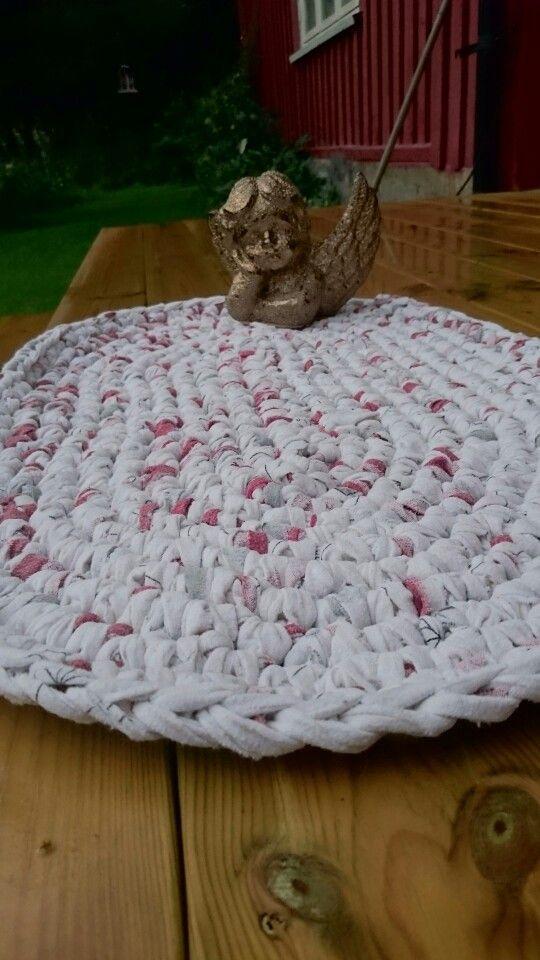 Badematte for små engler heklet  av strimlet sengetøy i flanell