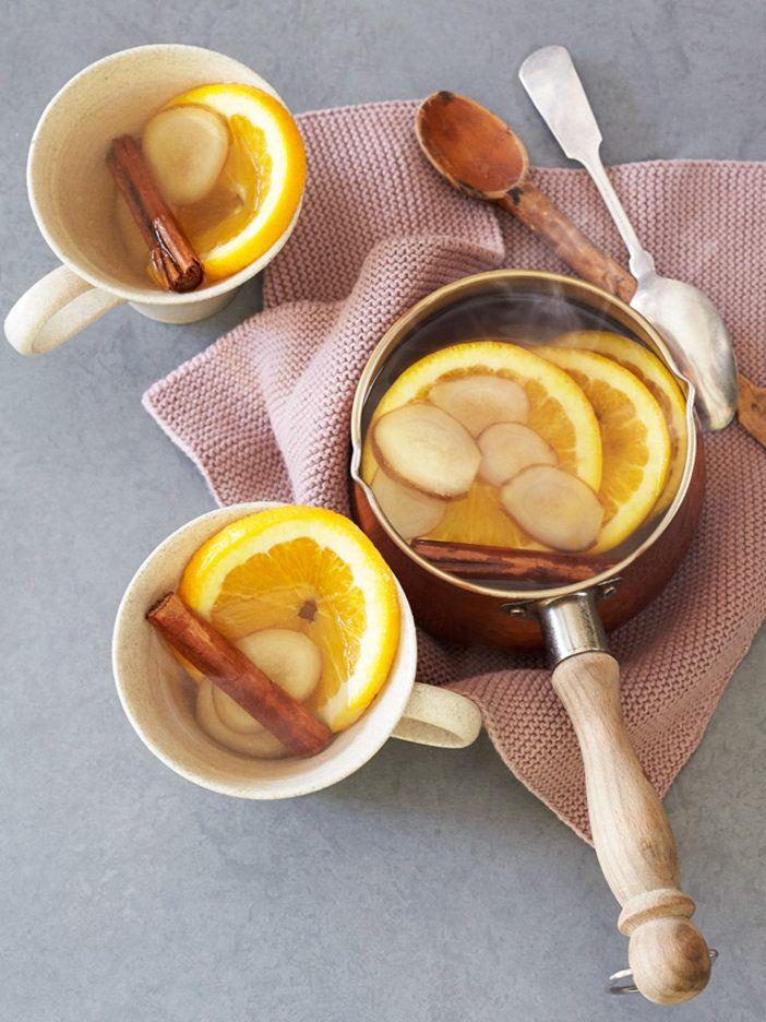 素材にお湯を注げば、寒い季節においしく飲めるホットデトックスウォーターに。血行を促して冷えを改善し、風邪も予防してくれる。ホットワインの感覚でいただこう。|『ELLE a table』はおしゃれで簡単なレシピが満載!