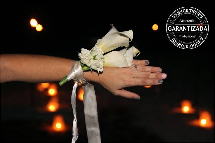 La entrega de #Anillodecompromiso inolvidable siempre es acompañadas de la flor que mas le gusta a la novia. #LMFlowers