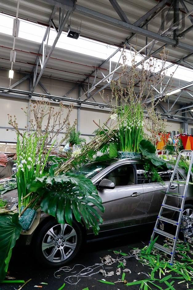 Opbouw bloemencorso, gaas om oase en karton of vloerbedekking er onder om beschadiging te voorkomen