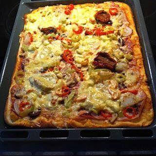 Όλο το κόλπο για μια τέλεια pizza είναι η ζύμη, η σπιτική σάλτσα και τα φρέσκα υλικά!#CrazyMOMS  Συστατικά    Για την ζύμη  500 γρ. αλεύρι σκληρό (για ψωμί και μπορούμε και ολικής αλέσεως)  300 χλιαρό νερό (30° – 35° C)  1