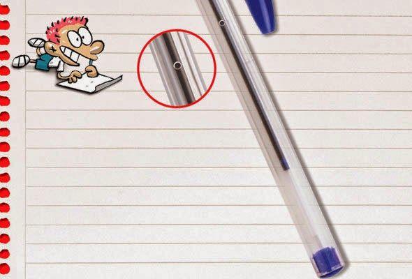 A função do furinho lateral é igualar a pressão atmosférica dentro e fora da caneta.