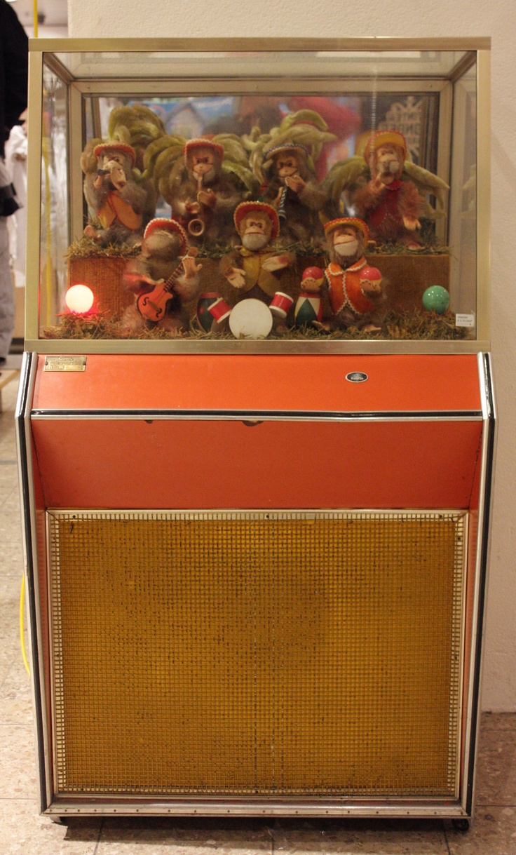 Het apenorkest bij V & D, dat werd verlicht en begon te spelen na inworp van een kwartje (?)
